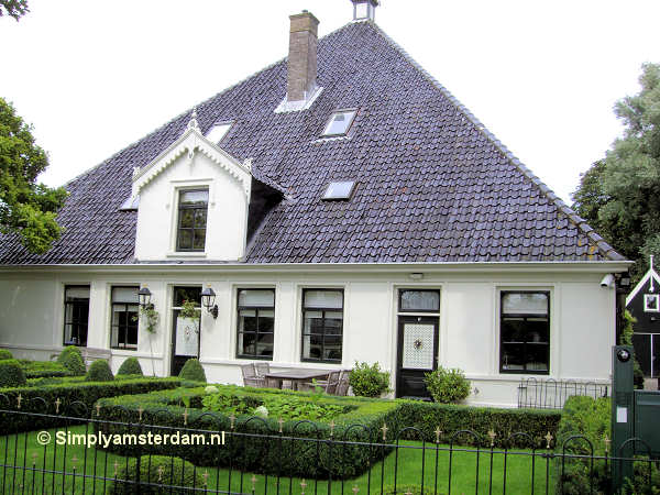 Farm house in Broek in Waterland