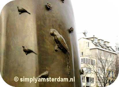 Parakeet on Spinoza statue